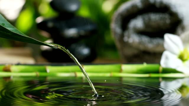 belle eau et bougies spa et wellness composition shoot en extrême motion.concept lent de relax et meditation.water - Vidéo