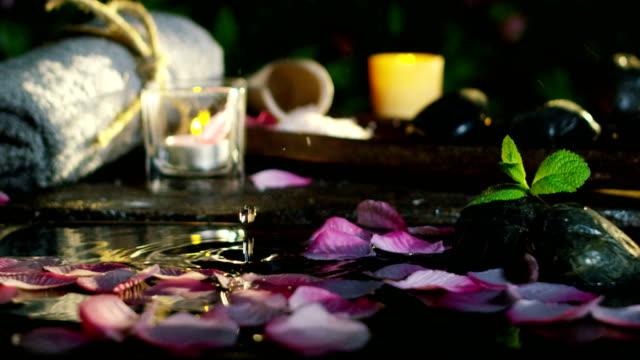 belle eau et bougies spa et wellness composition shoot au ralenti extrême - Vidéo