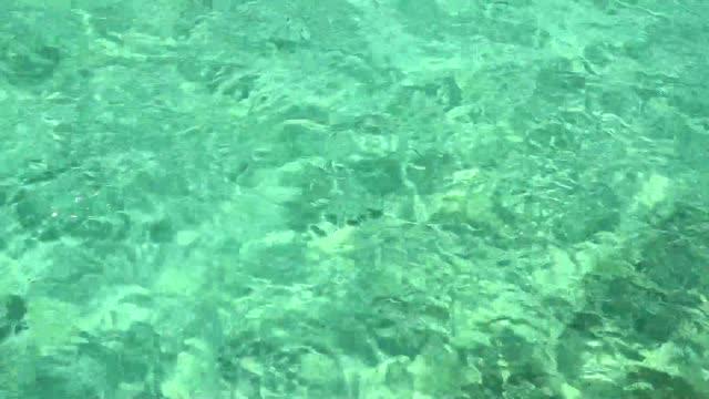 mavi berrak denizin güzel su yüzeyi - andaman denizi stok videoları ve detay görüntü çekimi