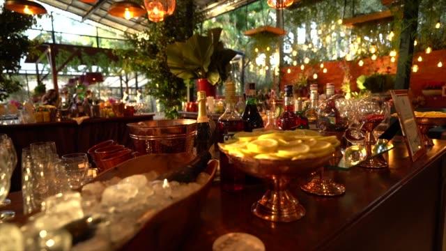 vidéos et rushes de beau décor de barre de mariage - composition florale