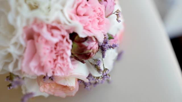 bellissimo bouquet da sposa su sedia - trillium video stock e b–roll