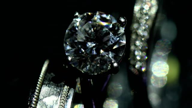 stockvideo's en b-roll-footage met mooie trouwring en verlovingsring, 4k. - ring juweel