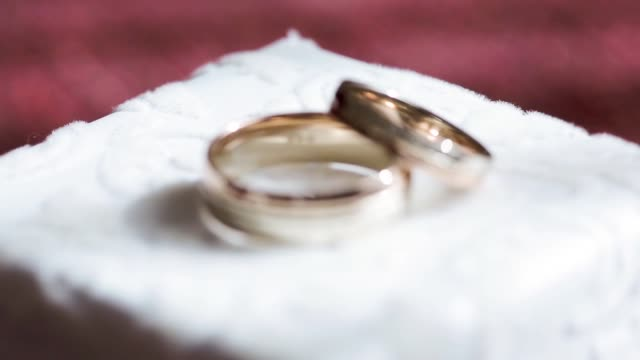 beautiful wedding rings for bride and groom - помолвка стоковые видео и кадры b-roll