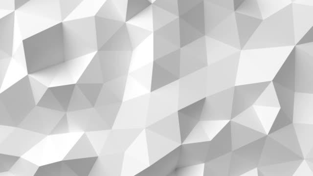 piękna biała wielokątna powierzchnia poruszająca się w bezszwowej animacji 3d. abstrakcyjne tło projektu ruchu w 4k. proces generowany komputerowo. ultra hd. - ultra high definition television filmów i materiałów b-roll