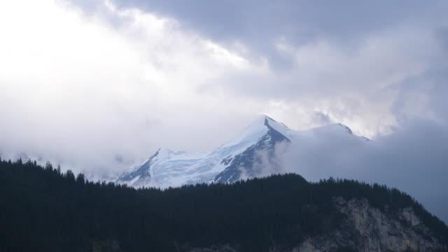 vackra wide shot av snöiga berg med rullande moln i schweiz - wengen bildbanksvideor och videomaterial från bakom kulisserna