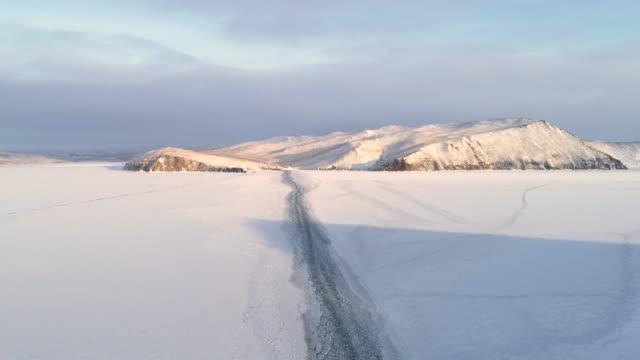 piękny zimowy krajobraz z ośnieżonym jeziorem bajkał. drone fly footage nakręcony w 4k. - antarktyda filmów i materiałów b-roll