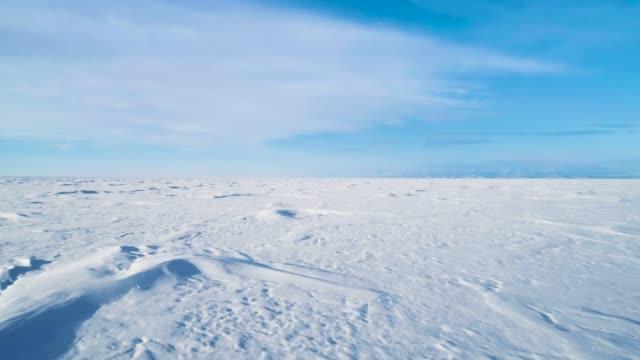 Hermoso paisaje invernal con nieve cubierta lago superficie Baikal - vídeo