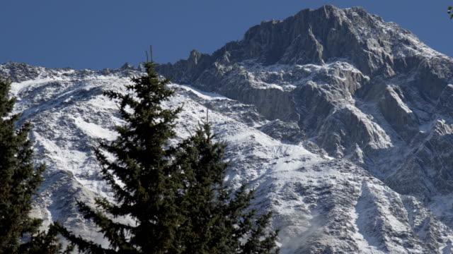 Herrliche Winterlandschaft mit Schnee bedeckt oben auf dem Berg – Video