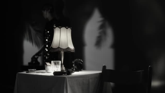 vacker kvinna svara på ett telefonsamtal i hennes hotell rum - 1900 talet bildbanksvideor och videomaterial från bakom kulisserna