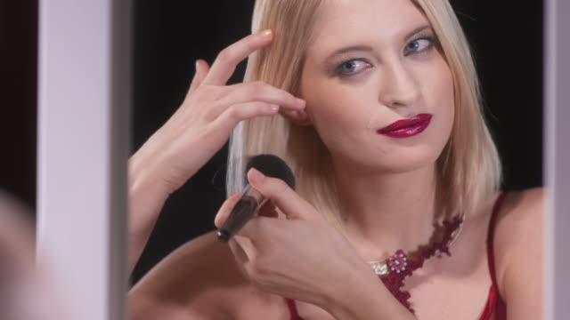 vidéos et rushes de hd: belle femme application de maquillage - soirées habillées