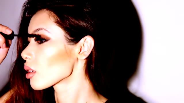 vidéos et rushes de belle femme applyling mascara v3 - mascara