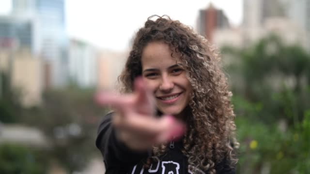 stockvideo's en b-roll-footage met mooie vrouw wenkende - student