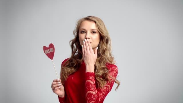 vacker kvinna blåser en puss - blåsa en kyss bildbanksvideor och videomaterial från bakom kulisserna