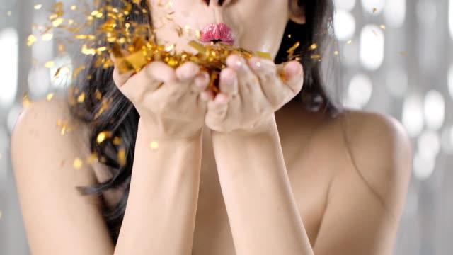 vídeos y material grabado en eventos de stock de hermosa mujer que sopla oro brillo, cámara lenta - soplar