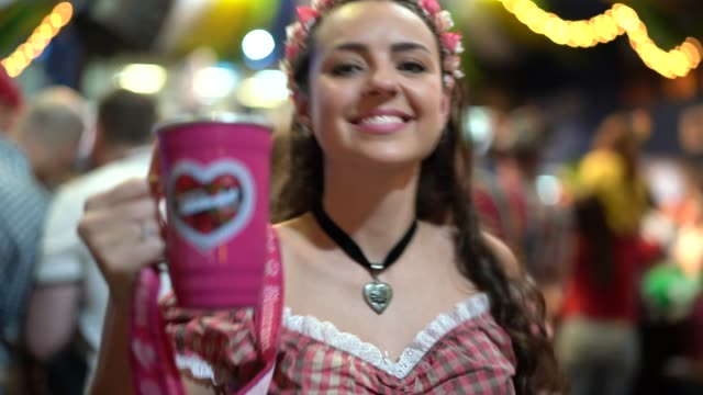 vídeos de stock e filmes b-roll de beautiful woman drinking beer at oktoberfest - mês