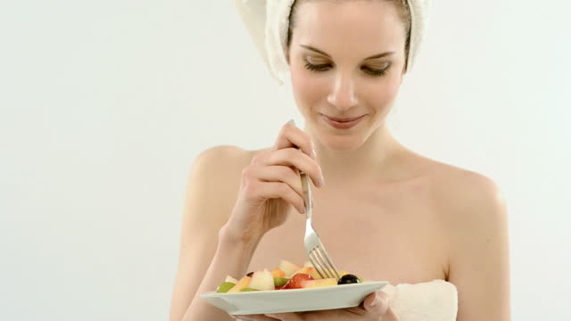 vídeos de stock, filmes e b-roll de mulher bonita comendo salada de frutas, photo jpeg em full hd - fruit salad
