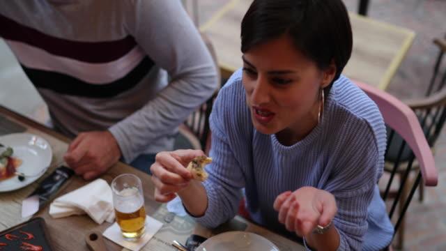 Schöne Frau essen im Freien in der Kneipe – Video