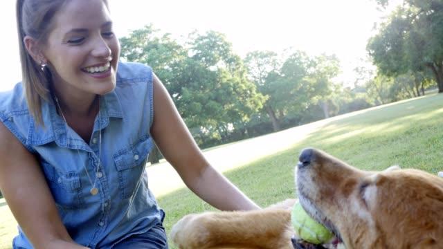 vídeos y material grabado en eventos de stock de hermosa mujer disfruta pasar tiempo con su perro - training