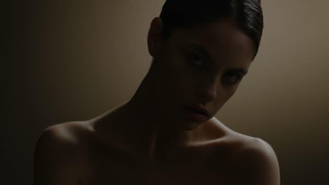 美しい女性の顔は、studio を閉じます。ファッションのビデオ。スローモーション。4 k 30 fps prores 4444 - 都会的ファッション点の映像素材/bロール