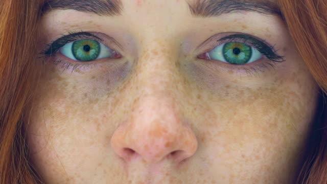 vacker kvinna ansikte med fräknar rött hår gröna ögon zooma i extrema nära upp - earth from space bildbanksvideor och videomaterial från bakom kulisserna