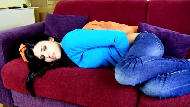 Schöne Frau Gefühl sic menstrual problem zu Hause auf sofa – Video