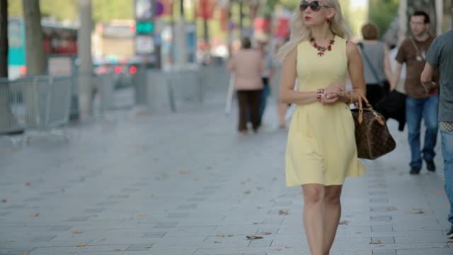vídeos de stock, filmes e b-roll de mulher bonita ir ao longo da rua - moda parisiense