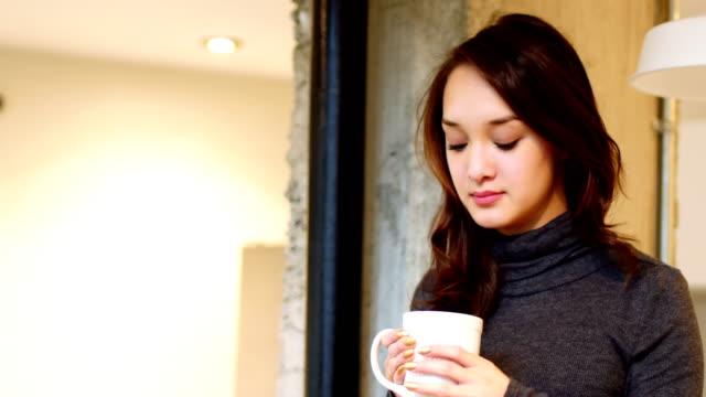vidéos et rushes de belle femme prenant une tasse de café - 18 19 ans