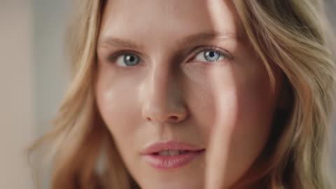 piękna kobieta o gładkiej zdrowej skórze - piękno filmów i materiałów b-roll