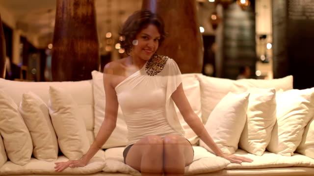 vídeos y material grabado en eventos de stock de hermosa mujer en un bar - mujer seductora