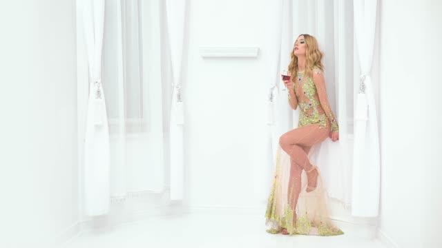Schöne Frau in modischem Kleid – Video