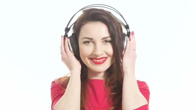 Schöne Frau in Rot mit großem Kopfhörer und flirten und Küssen – Video