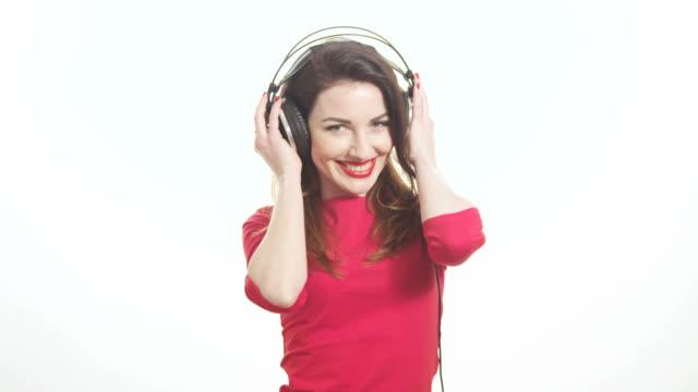 Schöne Frau in roter schwingen, die Musik Flirten – Video
