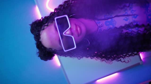 vídeos y material grabado en eventos de stock de hermosa mujer en gafas elegantes bailando en neón luz. el modelo se mueve con gracia - parte del cuerpo humano