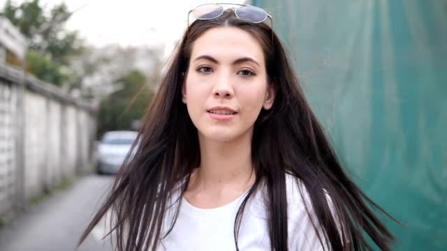 vacker kvinna i staden - endast unga kvinnor bildbanksvideor och videomaterial från bakom kulisserna