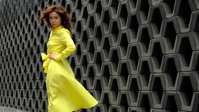 vidéos et rushes de belle femme dans l'arrière-plan urbain - mode londres