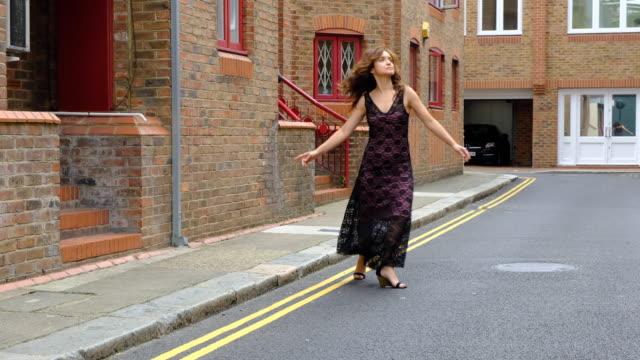 stockvideo's en b-roll-footage met mooie vrouw in stedelijke achtergrond - street style