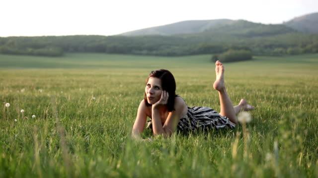 Hermosa mujer caer en el césped - vídeo