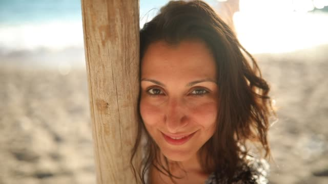 beautiful woman on the beach - opalenizna filmów i materiałów b-roll