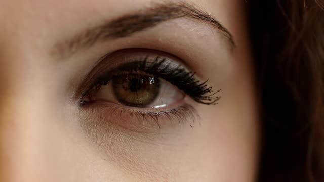 美しい女性は彼女の目をオープン。 ファッション、顔、まつげ、まぶた - まつげ点の映像素材/bロール