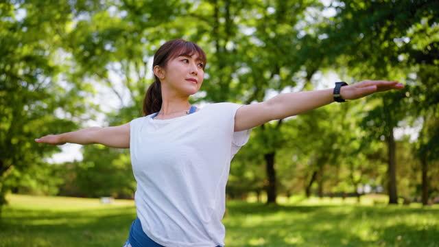 自然の中でヨガを練習する美しい女性 - ヨガ点の映像素材/bロール