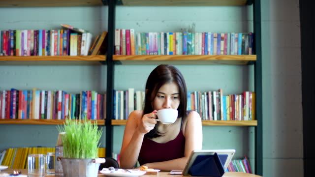 stockvideo's en b-roll-footage met mooie vrouw lezen op digitale tablet - woman home magazine