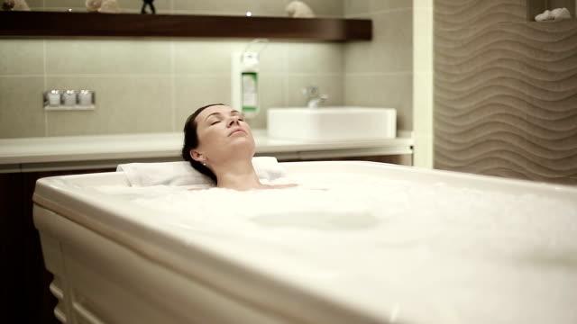 Schöne Frau Entspannen Sie in der Badewanne. Schieberegler Kamera Bewegung – Video