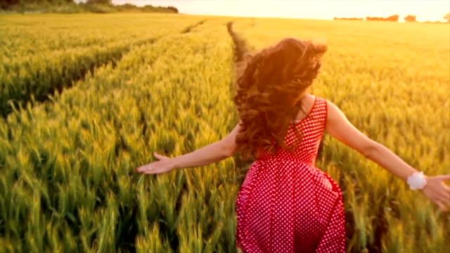 美しい女性のランニング風吹くヘアスローモーション ビデオ