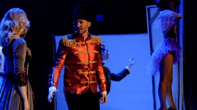 stockvideo's en b-roll-footage met mooie vrouw zingt lied met knappe man op het podium in theater - vetschmink