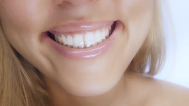 vídeos y material grabado en eventos de stock de detalle de la sonrisa de bella mujer - ortodoncista