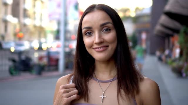 stockvideo's en b-roll-footage met mooie vrouw die lacht - halsketting
