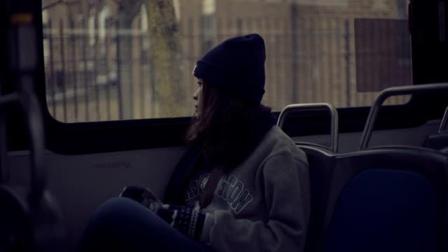 Hermosa mujer pensando en el autobús - vídeo