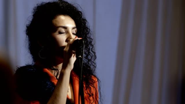 vídeos de stock, filmes e b-roll de apresentador de tv linda mulher executa com microfone - artista