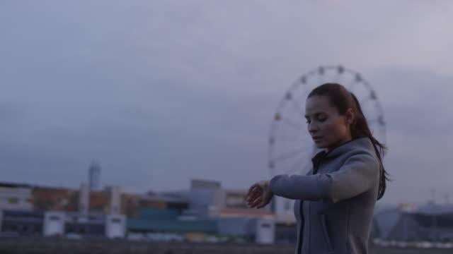 bella donna che usa smartwatch e corre in città - computer indossabile video stock e b–roll