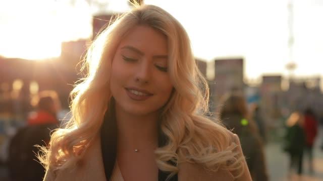 vídeos de stock, filmes e b-roll de mulher bonita que anda em uma rua da cidade da mola - moda feminina